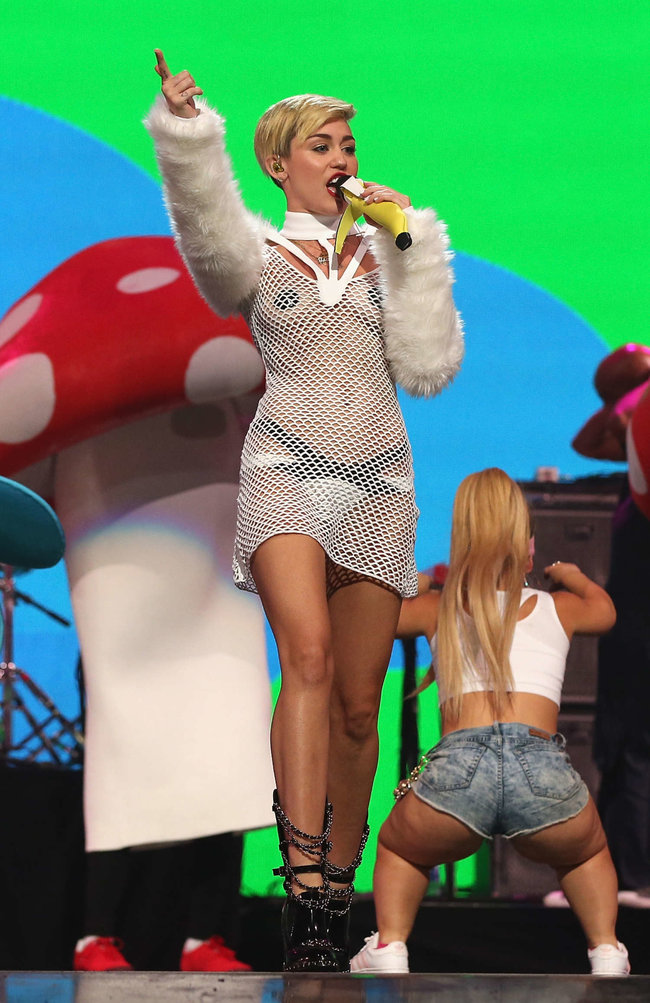 Майли Сайрус выступила на сцене фестиваля «iHeartRadio»: miley-cyrus-iheart-2013--23_Starbeat.ru