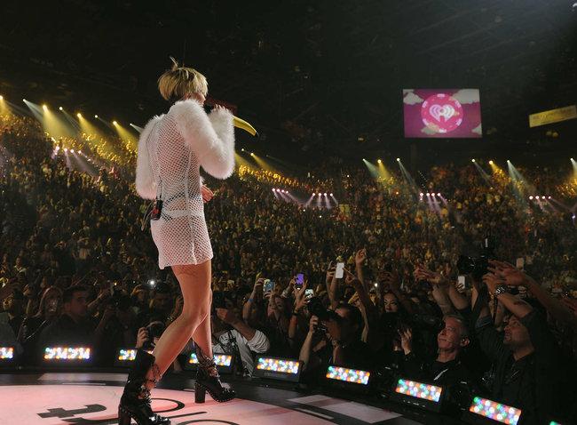 Майли Сайрус выступила на сцене фестиваля «iHeartRadio»: miley-cyrus-iheart-2013--27_Starbeat.ru