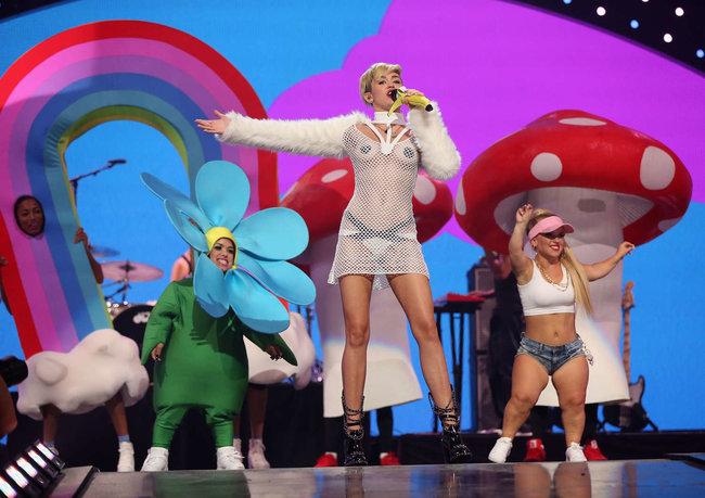 Майли Сайрус выступила на сцене фестиваля «iHeartRadio»: miley-cyrus-iheart-2013--30_Starbeat.ru