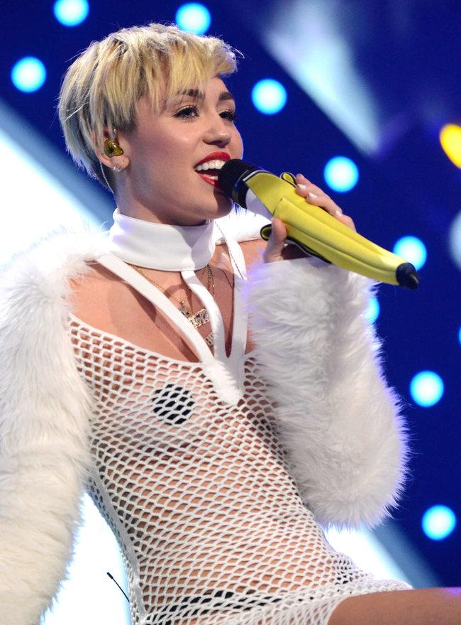 Майли Сайрус выступила на сцене фестиваля «iHeartRadio»: miley-cyrus-iheart-2013--31_Starbeat.ru