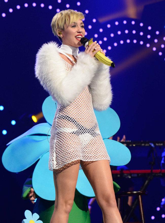 Майли Сайрус выступила на сцене фестиваля «iHeartRadio»: miley-cyrus-iheart-2013--32_Starbeat.ru