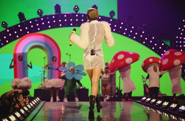 Майли Сайрус выступила на сцене фестиваля «iHeartRadio»: miley-cyrus-iheart-2013--33_Starbeat.ru