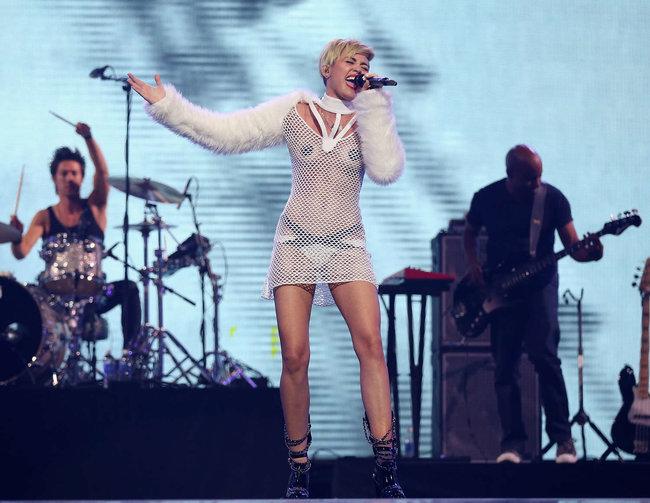 Майли Сайрус выступила на сцене фестиваля «iHeartRadio»: miley-cyrus-iheart-2013--38_Starbeat.ru