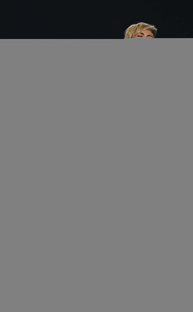 Майли Сайрус выступила на сцене фестиваля «iHeartRadio»: miley-cyrus-iheart-2013--40_Starbeat.ru