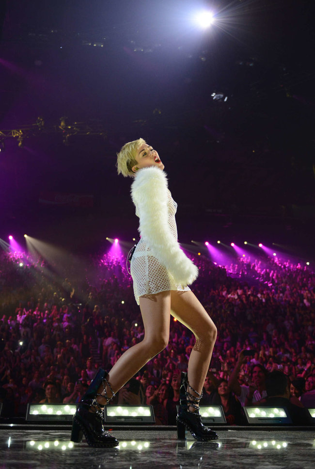 Майли Сайрус выступила на сцене фестиваля «iHeartRadio»: miley-cyrus-iheart-2013--42_Starbeat.ru
