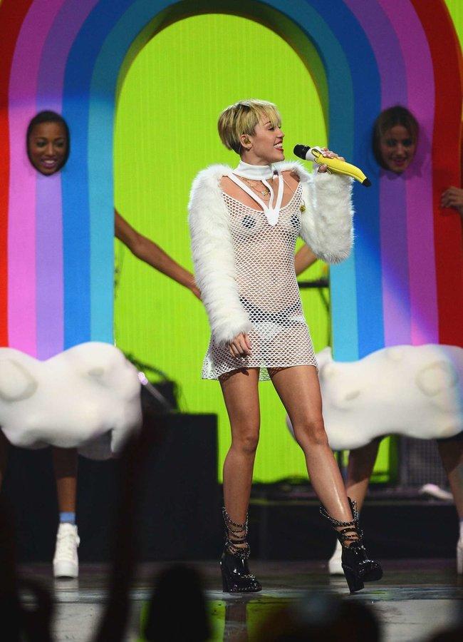 Майли Сайрус выступила на сцене фестиваля «iHeartRadio»: miley-cyrus-iheart-2013--49_Starbeat.ru