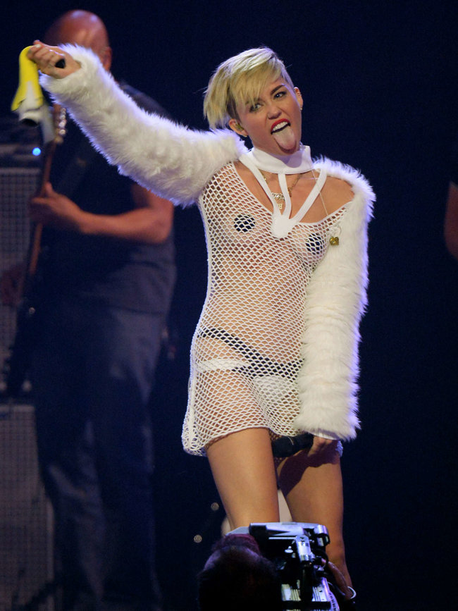 Майли Сайрус выступила на сцене фестиваля «iHeartRadio»: miley-cyrus-iheart-2013--50_Starbeat.ru
