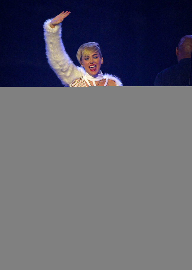 Майли Сайрус выступила на сцене фестиваля «iHeartRadio»: miley-cyrus-iheart-2013--52_Starbeat.ru