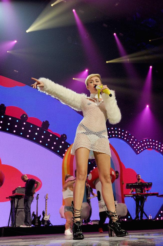 Майли Сайрус выступила на сцене фестиваля «iHeartRadio»: miley-cyrus-iheart-2013--54_Starbeat.ru