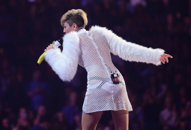 Майли Сайрус выступила на сцене фестиваля «iHeartRadio»: miley-cyrus-iheart-2013--55_Starbeat.ru