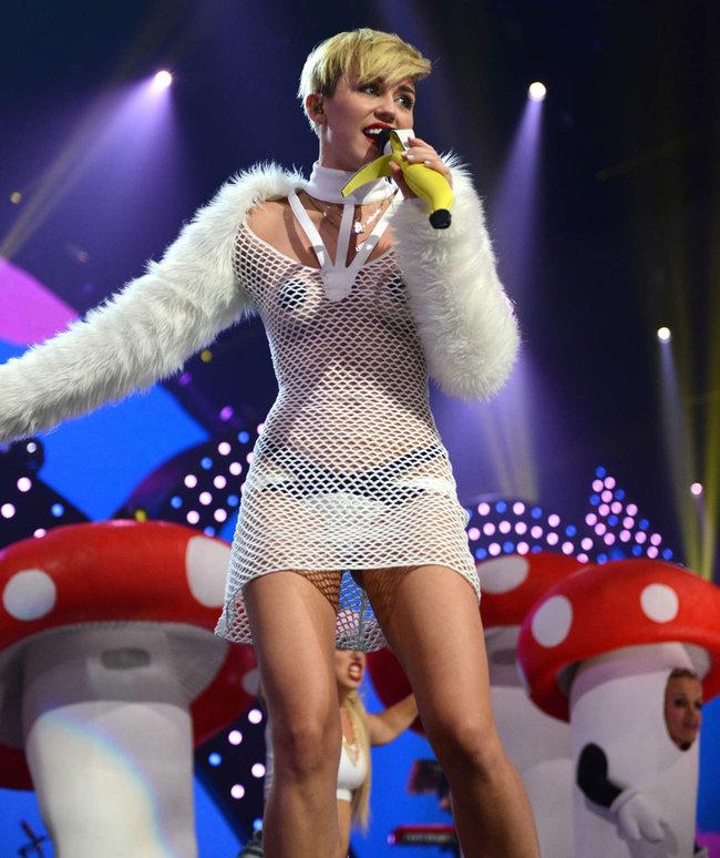 Майли Сайрус выступила на сцене фестиваля «iHeartRadio»: miley-cyrus-iheart-2013--57_Starbeat.ru