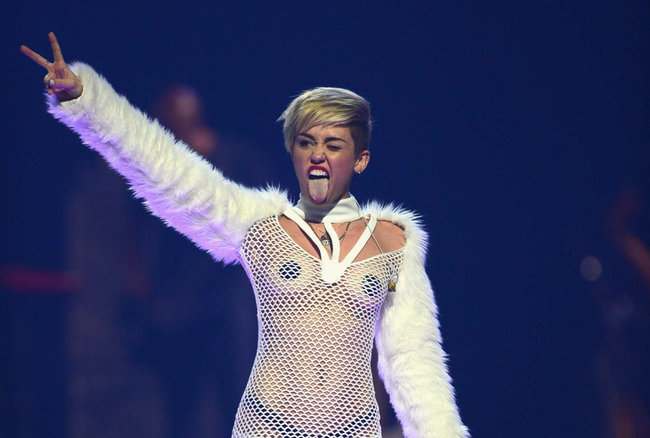 Майли Сайрус выступила на сцене фестиваля «iHeartRadio»: miley-cyrus-iheart-2013--61_Starbeat.ru