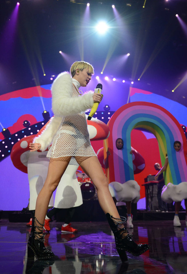 Майли Сайрус выступила на сцене фестиваля «iHeartRadio»: miley-cyrus-iheart-2013--62_Starbeat.ru