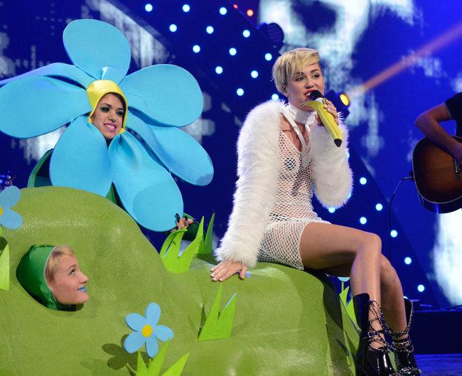 Майли Сайрус выступила на сцене фестиваля «iHeartRadio»: miley-cyrus-iheart-2013--64_Starbeat.ru