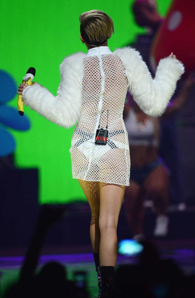Майли Сайрус выступила на сцене фестиваля «iHeartRadio»: miley-cyrus-iheart-2013--66_Starbeat.ru