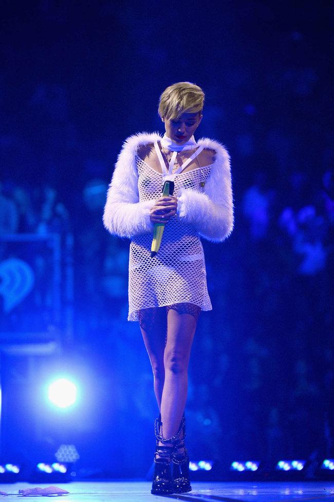 Майли Сайрус выступила на сцене фестиваля «iHeartRadio»: miley-cyrus-iheart-2013--67_Starbeat.ru