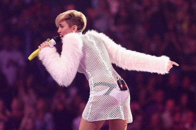 Майли Сайрус выступила на сцене фестиваля «iHeartRadio»: miley-cyrus-iheart-2013--68_Starbeat.ru