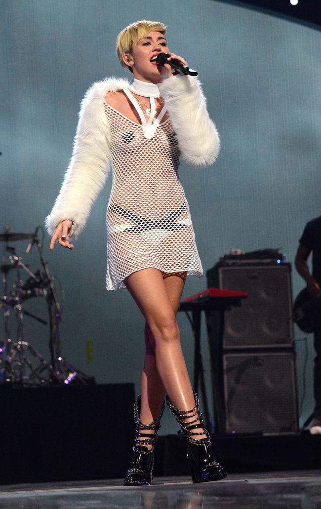 Майли Сайрус выступила на сцене фестиваля «iHeartRadio»: miley-cyrus-iheart-2013--69_Starbeat.ru