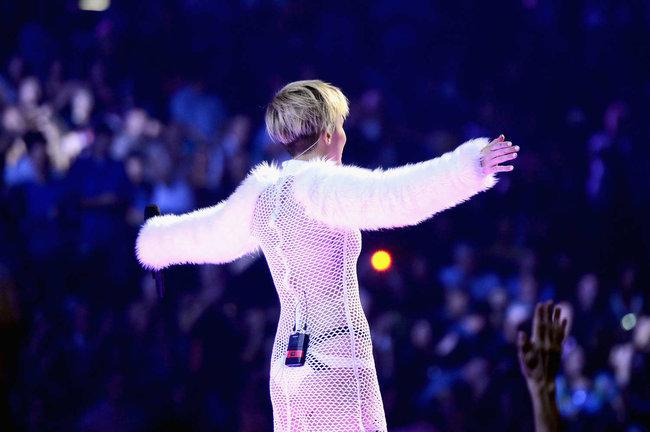 Майли Сайрус выступила на сцене фестиваля «iHeartRadio»: miley-cyrus-iheart-2013--70_Starbeat.ru