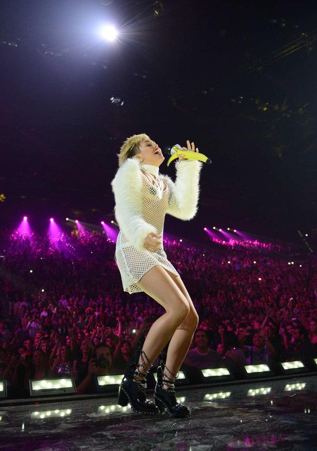 Майли Сайрус выступила на сцене фестиваля «iHeartRadio»: miley-cyrus-iheart-2013--71_Starbeat.ru