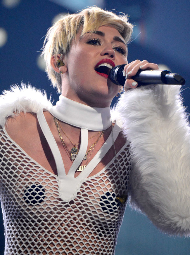 Майли Сайрус выступила на сцене фестиваля «iHeartRadio»: miley-cyrus-iheart-2013--72_Starbeat.ru