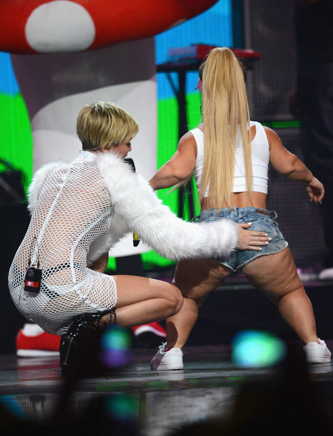 Майли Сайрус выступила на сцене фестиваля «iHeartRadio»: miley-cyrus-iheart-2013--76_Starbeat.ru