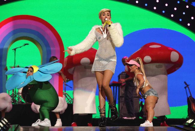 Майли Сайрус выступила на сцене фестиваля «iHeartRadio»: miley-cyrus-iheart-2013--81_Starbeat.ru