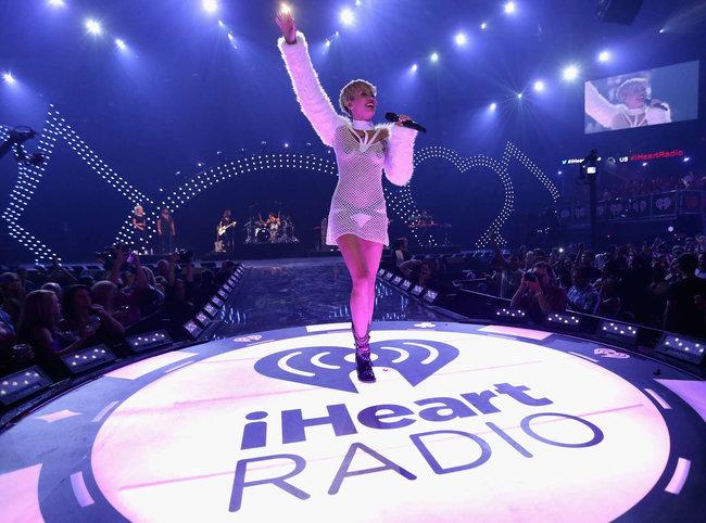Майли Сайрус выступила на сцене фестиваля «iHeartRadio»: miley-cyrus-iheart-2013--83_Starbeat.ru