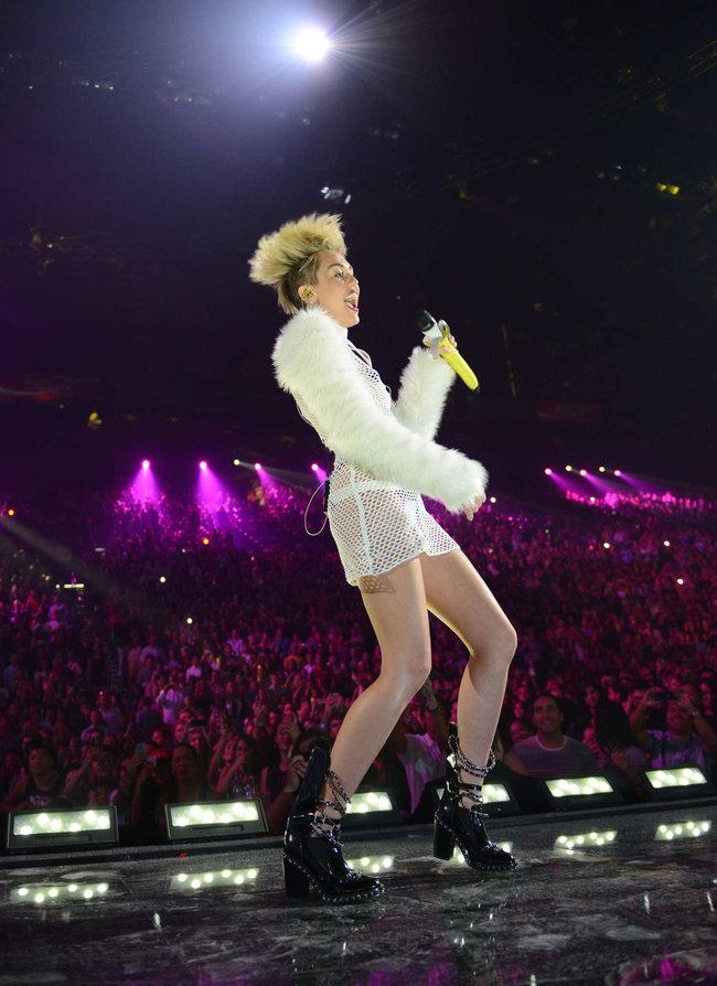 Майли Сайрус выступила на сцене фестиваля «iHeartRadio»: miley-cyrus-iheart-2013--85_Starbeat.ru