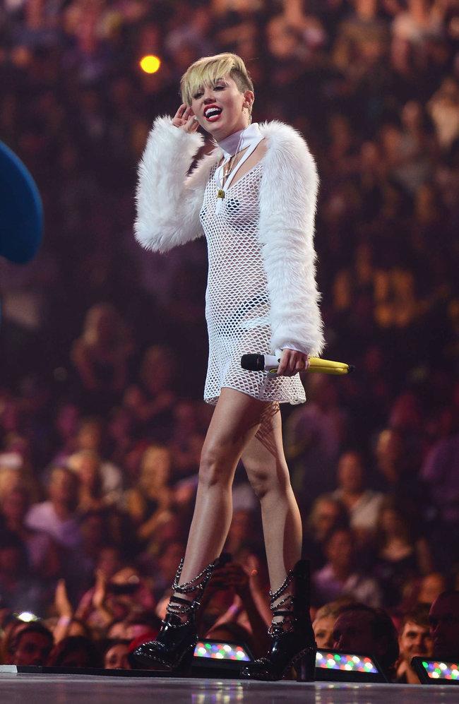 Майли Сайрус выступила на сцене фестиваля «iHeartRadio»: miley-cyrus-iheart-2013--88_Starbeat.ru