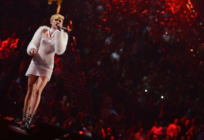 Майли Сайрус выступила на сцене фестиваля «iHeartRadio»: miley-cyrus-iheart-2013--89_Starbeat.ru
