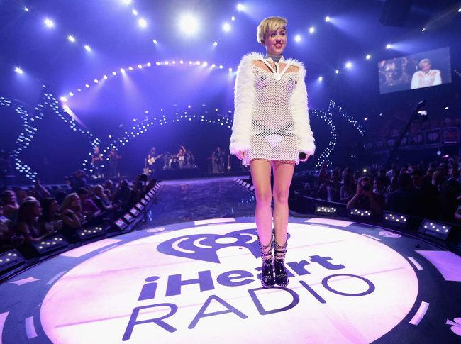 Майли Сайрус выступила на сцене фестиваля «iHeartRadio»: miley-cyrus-iheart-2013--90_Starbeat.ru