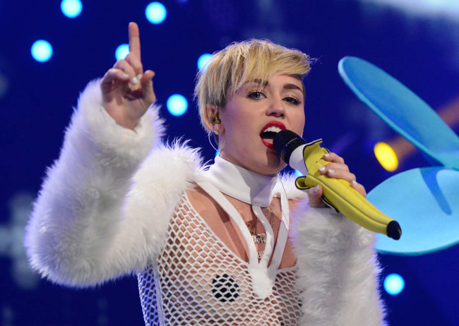 Майли Сайрус выступила на сцене фестиваля «iHeartRadio»: miley-cyrus-iheart-2013--92_Starbeat.ru