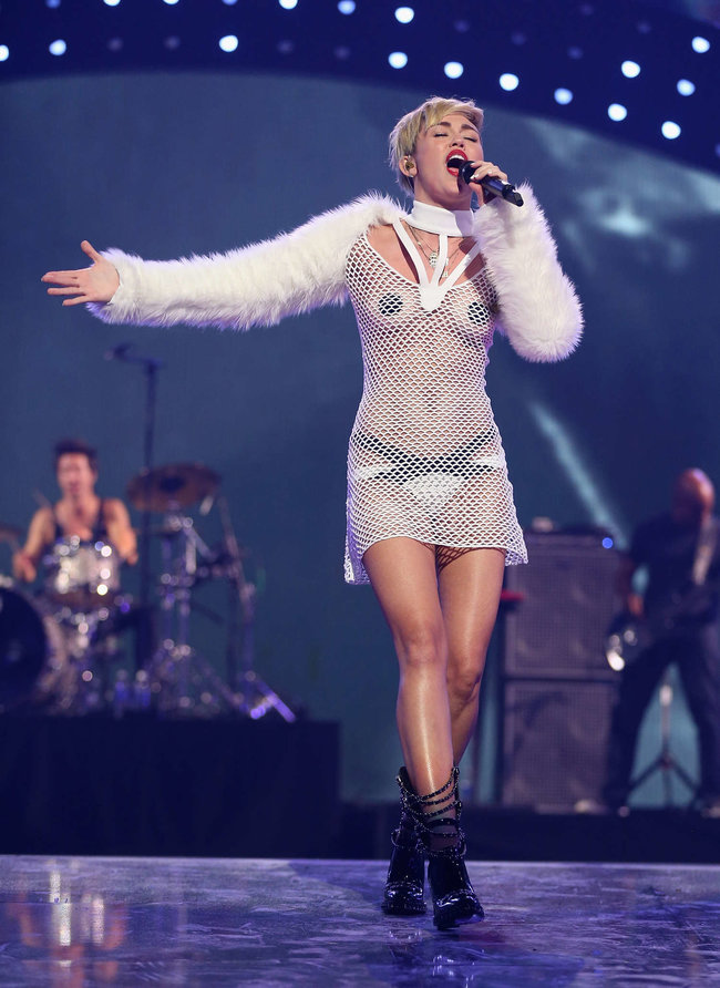 Майли Сайрус выступила на сцене фестиваля «iHeartRadio»: miley-cyrus-iheart-2013--93_Starbeat.ru