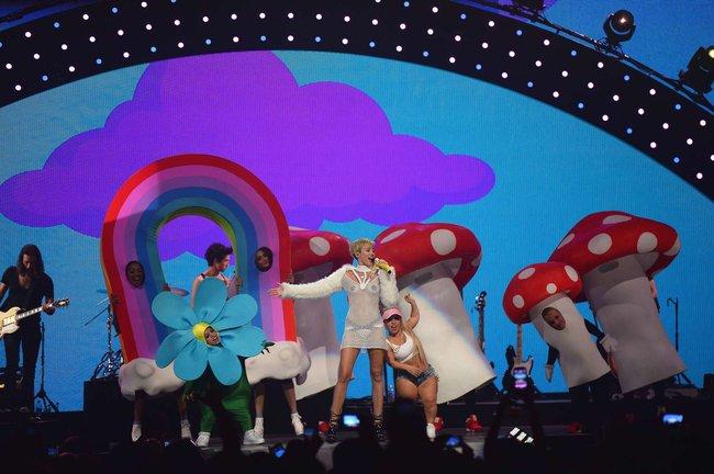 Майли Сайрус выступила на сцене фестиваля «iHeartRadio»: miley-cyrus-iheart-2013--94_Starbeat.ru