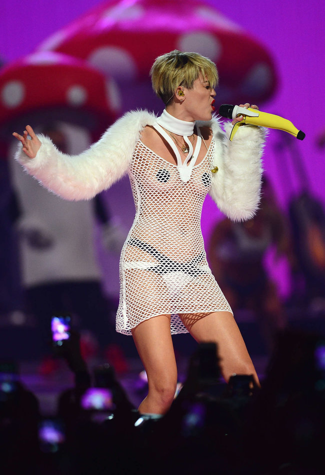Майли Сайрус выступила на сцене фестиваля «iHeartRadio»: miley-cyrus-iheart-2013--95_Starbeat.ru