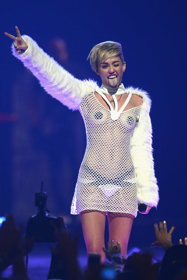 Майли Сайрус выступила на сцене фестиваля «iHeartRadio»: miley-cyrus-iheart-2013--96_Starbeat.ru