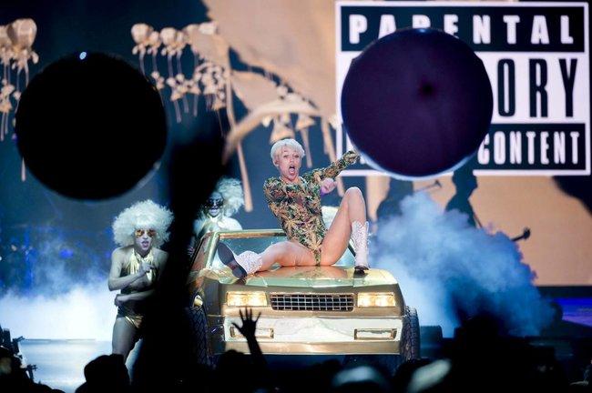 Майли Сайрус выступила в Ванкувере на «Rogers Arena»: miley-cyrus-161_Starbeat.ru
