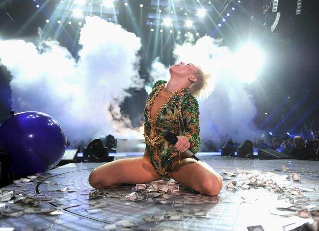 Майли Сайрус выступила в Ванкувере на «Rogers Arena»: miley-cyrus-16_Starbeat.ru