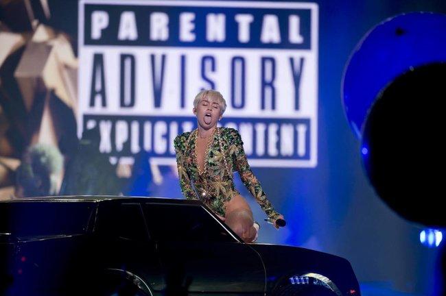 Майли Сайрус выступила в Ванкувере на «Rogers Arena»: miley-cyrus-17_Starbeat.ru