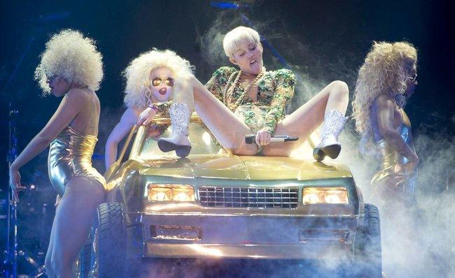 Майли Сайрус выступила в Ванкувере на «Rogers Arena»: miley-cyrus-18_Starbeat.ru