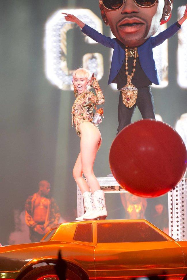 Майли Сайрус выступила в Ванкувере на «Rogers Arena»: miley-cyrus-231_Starbeat.ru
