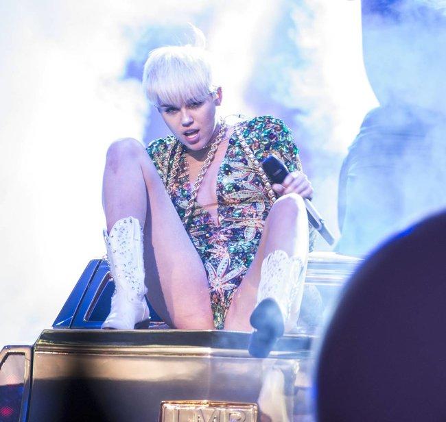 Майли Сайрус выступила в Ванкувере на «Rogers Arena»: miley-cyrus-251_Starbeat.ru