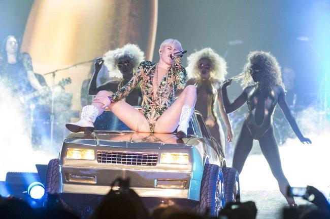 Майли Сайрус выступила в Ванкувере на «Rogers Arena»: miley-cyrus-26_Starbeat.ru