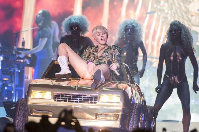 Майли Сайрус выступила в Ванкувере на «Rogers Arena»: miley-cyrus-27_Starbeat.ru