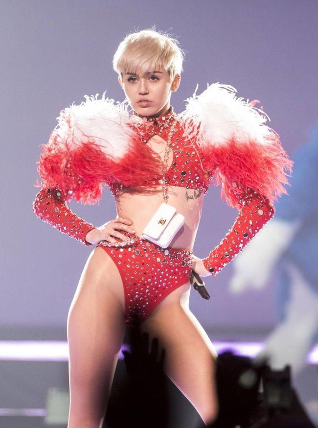 Майли Сайрус выступила в Ванкувере на «Rogers Arena»: miley-cyrus-29_Starbeat.ru