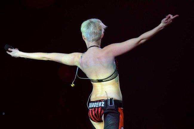 Майли Сайрус выступила в Ванкувере на «Rogers Arena»: miley-cyrus-321_Starbeat.ru