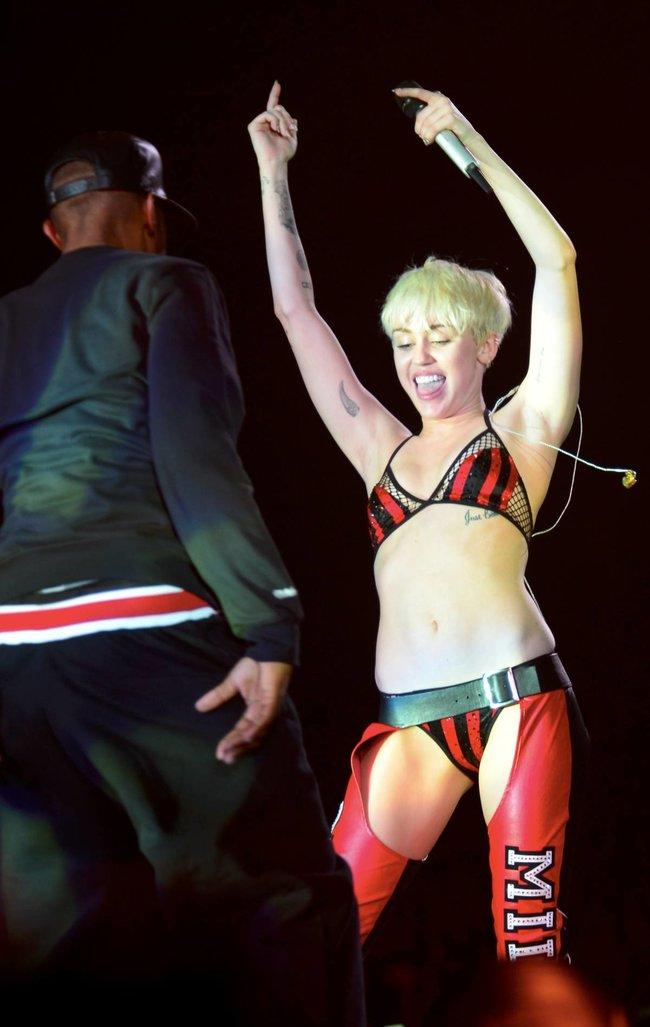 Майли Сайрус выступила в Ванкувере на «Rogers Arena»: miley-cyrus-341_Starbeat.ru