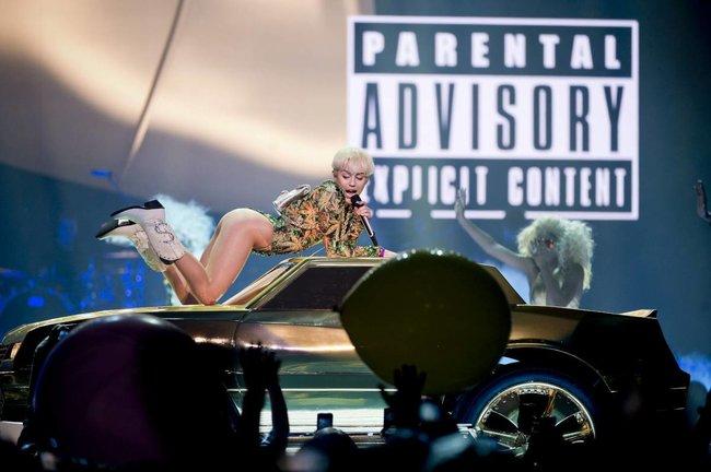 Майли Сайрус выступила в Ванкувере на «Rogers Arena»: miley-cyrus-351_Starbeat.ru