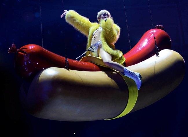 Майли Сайрус выступила в Ванкувере на «Rogers Arena»: miley-cyrus-441_Starbeat.ru